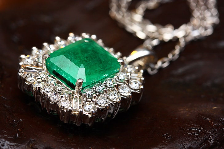 What color jewelr goes well with green dress